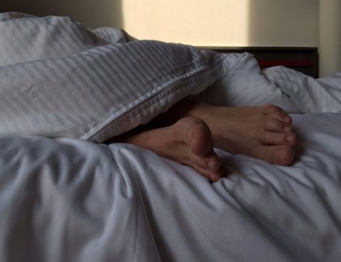 pies mujer cama